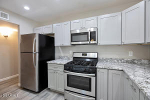 Newer Kitchen Cabinets, Counters and Stainless appliances!