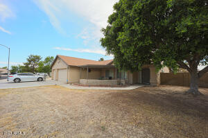 This amazing home offers you 3 bedrooms + den, formal living & dining areas, spacious family room, upgraded flooring, over 1900 sqft, vaulted ceilings, 220power in garage, RV parking, RV gate & 3 car garage with wash sink.