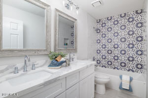 BATHROOM #2, SITUATED PERFECTLY BETWEEN THE SECONDARY BEDROOMS! PERFECT FLOORPLAN!