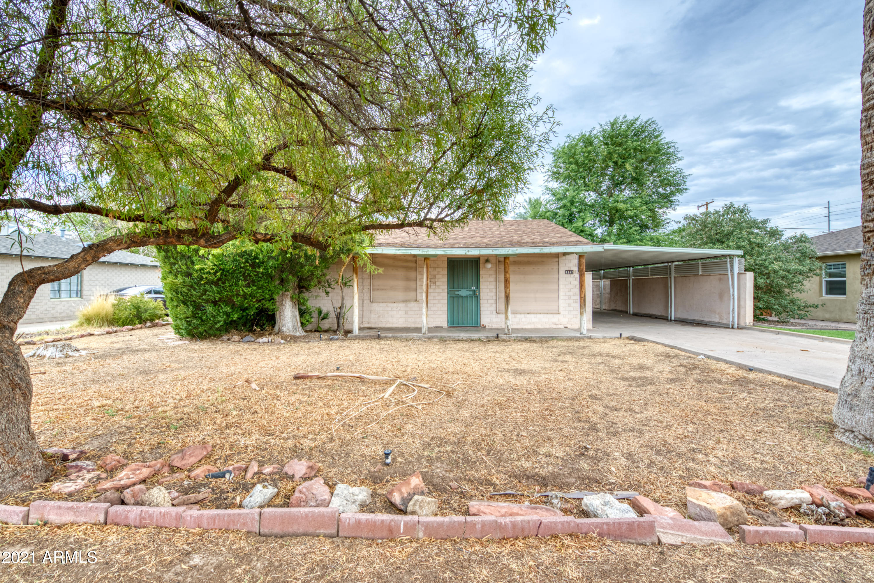 INVESTOR SPECIAL! Make this home your own! Put the finishing touches on a perfectly located Central Phoenix Ranch home!!