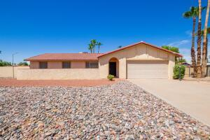 *Single-level home located in the magic 85254 zip code - situated on a large, 17,000 square foot lot!*