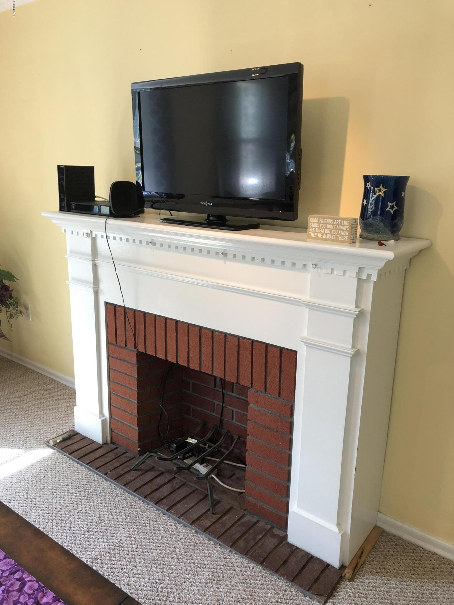 Non-functioning Fireplace - 12
