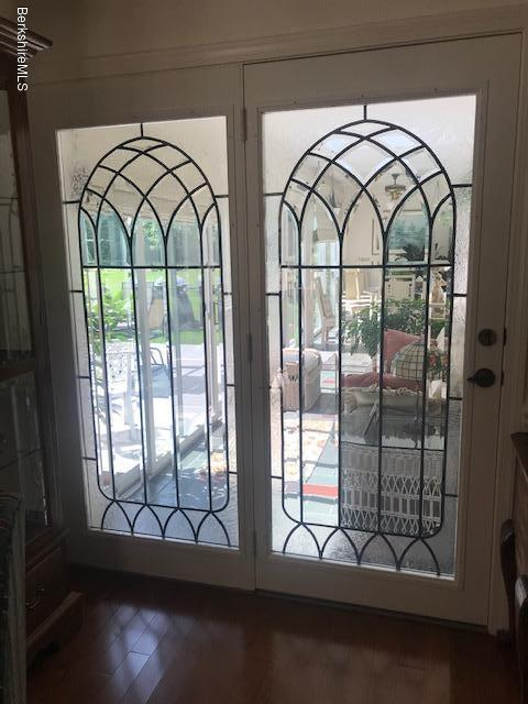 door to sunroom from living room