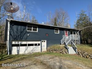 129 Long Bow Ln, Becket, MA 01223