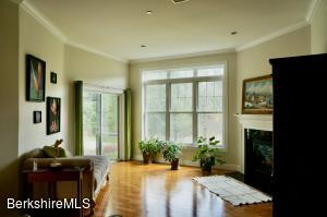 High-ceilinged livingroom with fireplace