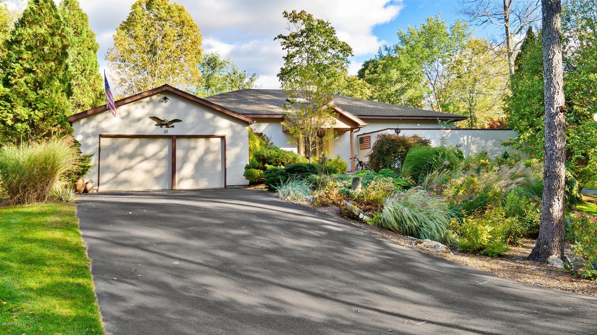 10 Fairway, Lenox, Massachusetts 01240, 4 Bedrooms Bedrooms, 7 Rooms Rooms,3 BathroomsBathrooms,Condominium,For Sale,Fairway,232596