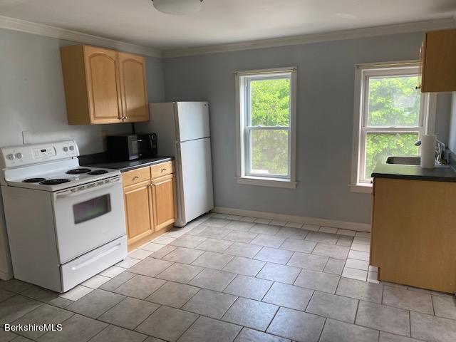 ceramic floor  large kitchen