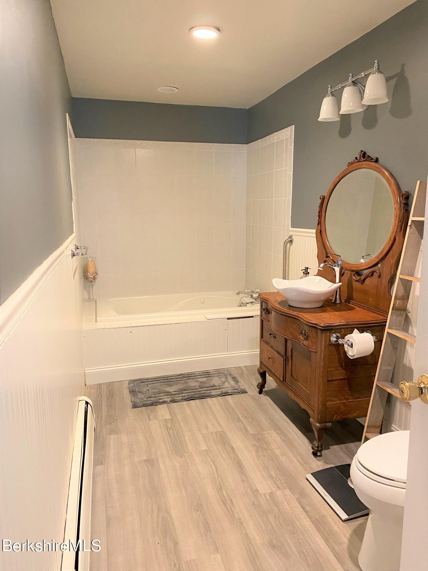 1st flr bathroom