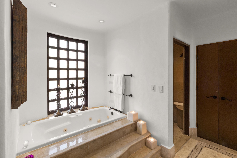 Bathroom (1 of 3)