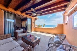 This Beautiful condo is located at the beautiful oceanfront comunity of Casa del Mar