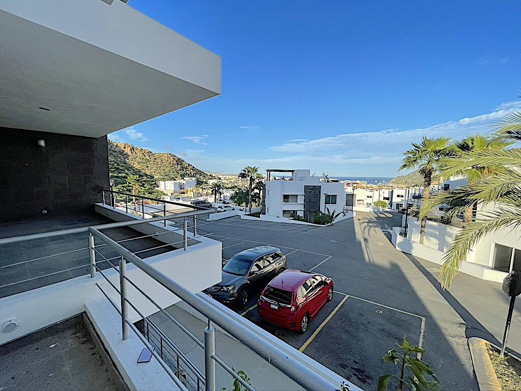 One-story condominium, large spaces in the living room, dining room, study, kitchen, bathrooms with tub, terrace with excellent views of the Cabo San Lucas Bay, where you can watch the sunrise, pool, gym and children's games in common use area, two parking spaces just 5 minutes from the Marina