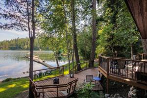 Over 1000 feet of decking for entertaining, sunbathing, reading, parties, enjoying the Hayden Lake life