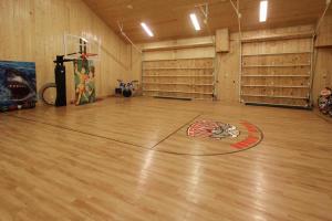Garage w/Sport Court
