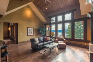Views from every window of magnificent Coeur d Alene Lake. Family Room off the Kitchen