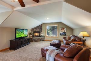 Floor to ceiling stone gas fireplace, abundant natural light, Hampton Bay ceiling fans, Full Bathroom