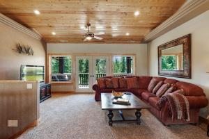 Open loft sitting area, french doors open to covered deck