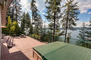 Enjoy the beautiful lakeviews while soaking in the hot tub!