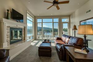 Beautiful 3 bedroom 2 bath 2100SF condo with phenomenal views