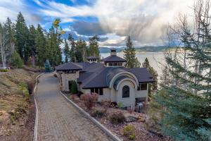 Simple artistically beauty on the shores of Lake Coeur d Alene. Stone paved driveway leads you to this spectacular setting on the lake. Private, end
