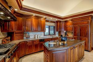 Great center island, views of the lake, butlers pantry -Perfect with a prep sink and 2 burner warmer - views of the lake!