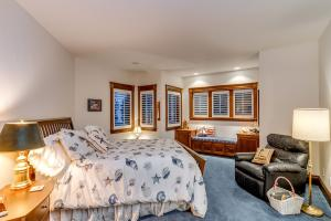 Nantucket Room. Big walk-in closet, custom cabinets & mirrors, LAKE VIEWS