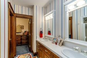 Double sinks, large walk-in closet