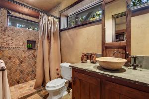 Marble bowl sink, custom cabinetry with English hinges - Pamper your guests