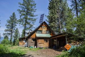 911 Birdpoint Rd, Bonners Ferry, ID 83805