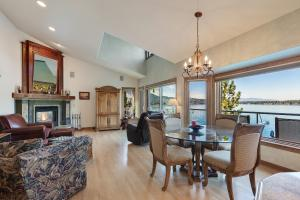 Family Room with Breakfast nook