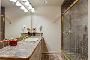 Mid Level Full Bathroom