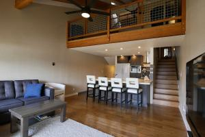 Enjoy entertaining with this open great room and kitchen area