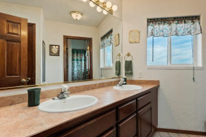 --33-Guest Bath has 2 sinks and separate