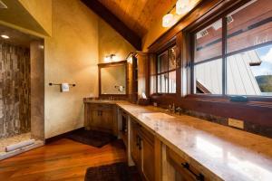 35- Master Bathroom Suite