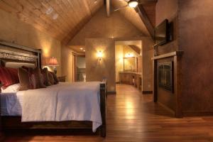 16-master bedroom 4