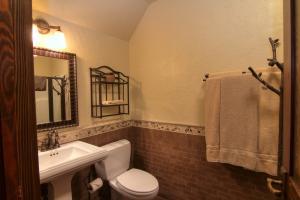 22-big bedroom bathroom