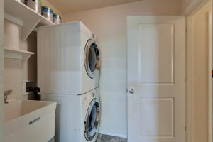 Stackable washer/dryer, sink with shelves