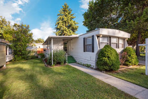 Located in 55+ Quiet neighborhood with easy access to dining, shopping and transportation