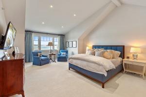 Upper Level Master Retreat Suite