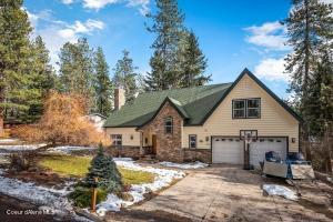Lovely Stanley Hill home with beautiful stone accents and stamped concrete driveway!