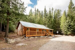 18 Forest Dr, Moyie Springs, ID 83845