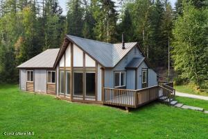 This single family home is just right for those wanting to live off the beaten path in North Idaho