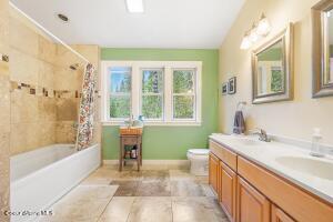 018_Top Floor Bathroom