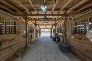 6 stall barn, easily converts to 8 stalls