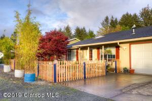 Roomy single level home in quiet neighborhood minutes from Manzanita Beach just steps from the Nehalem Bay.