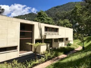 Casa En Arriendoen Bogota, Altos Del Chico, Colombia, CO RAH: 18-77