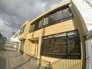 Casa En Ventaen Bogota, Normandia, Colombia, CO RAH: 18-207