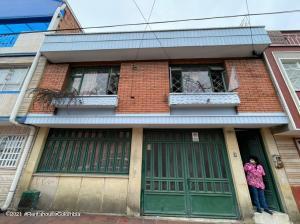 Casa En Ventaen Bogota, San Antonio, Colombia, CO RAH: 22-1125