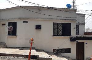 Casa En Ventaen Cali, Granada, Colombia, CO RAH: 22-1310