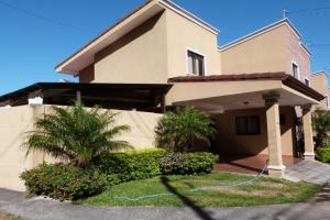 Casa En Ventaen Pozos, Santa Ana, Costa Rica, CR RAH: 19-113