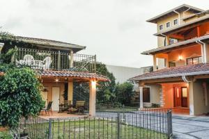 Casa En Ventaen Pinares, Curridabat, Costa Rica, CR RAH: 20-1840